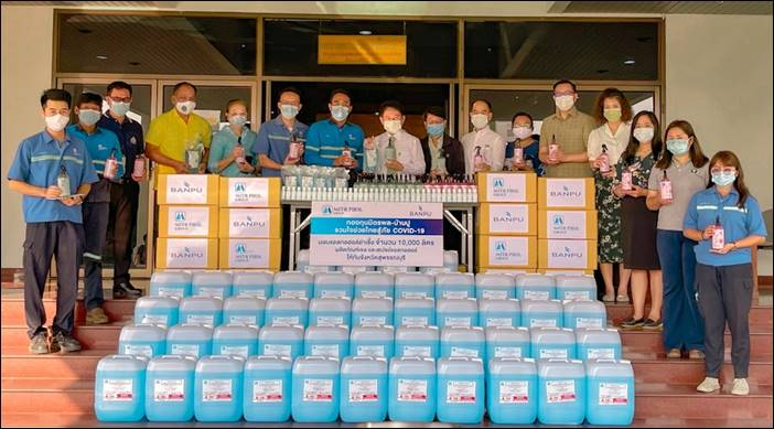 """""""กองทุนมิตรผล-บ้านปูรวมใจช่วยไทยสู้ COVID-19 """" มอบแอลกอฮอล์ฆ่าเชื้อโรคเพื่อใช้ป้องกันการแพร่ระบาดของโรคโควิด-19 ในจังหวัดสุพรรณบุรี"""