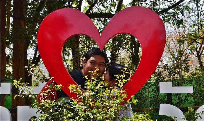 คู่รักแห่ขอพรหินพันปีวัดดงเสลาช่วงเทศกาลวาเลนไทน์ เชื่อช่วยเรื่องความรักมั่นคง สมหวัง