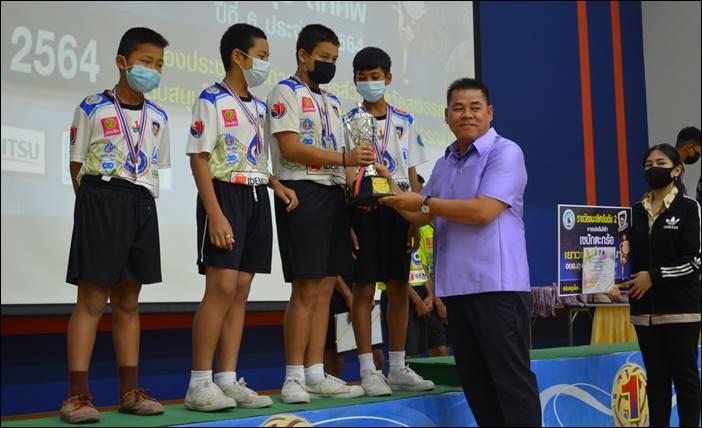 นายกบุญชู มอบรางวัลนักกีฬาเซปักตะกร้อเยาวชนเงินล้าน อบจ.สุพรรณบุรี