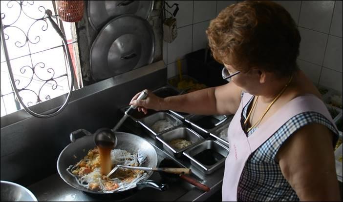 ผัดไทกระทะทะลุ ของอร่อยด่านช้าง ต้องไม่พลาดชิม อำเภอด่านช้าง จังหวัดสุพรรณบุรี
