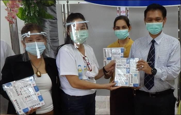 """""""ชมรมคนรักหมอ"""" บริจาคผลิตภัณฑ์อุปโภคบริโภคและอุปกรณ์ทางการแพทย์ สนับสนุนและส่งแรงใจการปฏิบัติงานต้านโรคโควิด-19 """"โรงพยาบาลพระนั่งเกล้า"""" จ.นนทบุรี"""