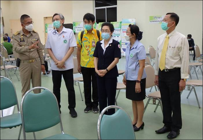 """""""โรงพยาบาลปทุมธานี"""" ผู้ว่าฯ ปทุมธานีตรวจเยี่ยมให้กำลังใจหน่วยฉีดวัคซีน ผู้ที่ลงทะเบียนผ่านแอปพลิเคชัน """"หมอพร้อม"""""""