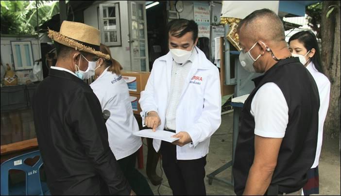 """""""หมอบุค"""" ภารกิจหยุดเชื้อเพื่อชาติ เดินหน้าแจกยา """"เคอร่า"""" ช่วยผู้ป่วยโควิดชุมชนพัชราภา-เทพไพเราะห์ เขตหลักสี่"""