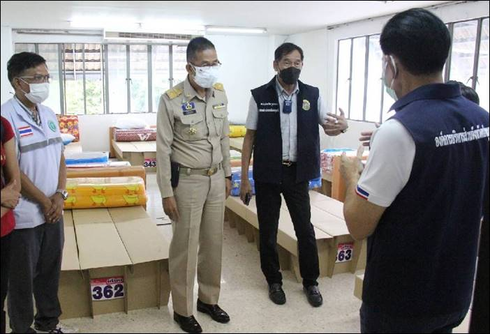 """ผู้ว่าฯ ปทุมธานีพร้อมคณะ ตรวจเยี่ยมให้กำลังใจ """"โรงพยาบาลสนาม อาชีวะรักษ์ปทุม"""" ก่อนเปิด"""