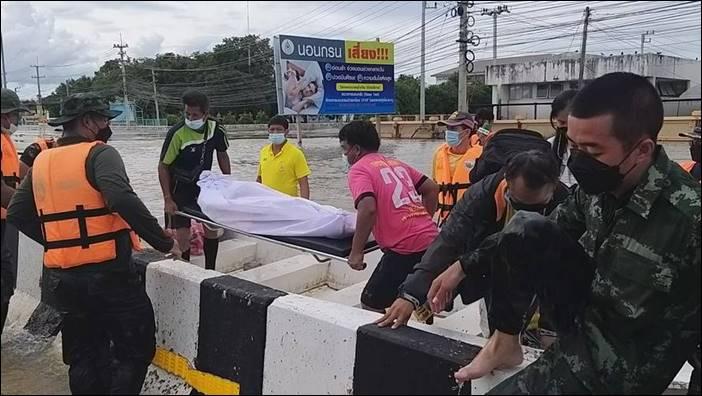 สุโขทัยอ่วมหนักรอบ 10 ปี ชาวบ้านหนีน้ำนอนบนถนน เคลื่อนศพลงเรือขึ้นรถทุลักทุเล