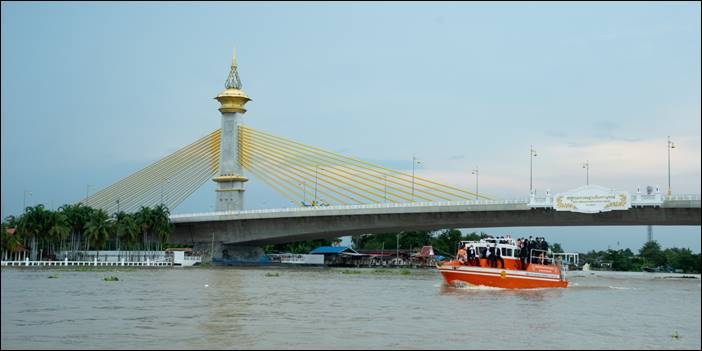 """""""บิ๊กตู่""""ลงพื้นที่นนทบุรี เพื่อติดตามสถานการณ์น้ำ และยืนยันไม่ท่วมสูงเท่าปี 54"""